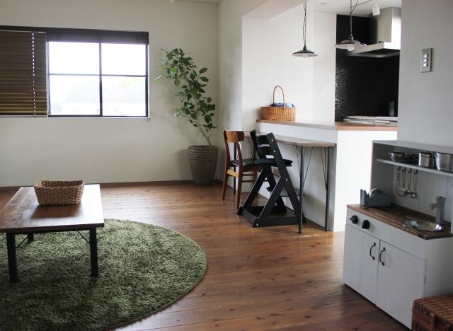 対面式キッチンは、カウンターの屋根やカーテンをDIY!