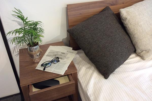 ベッドルームに置くベッドサイドテーブルの選び方
