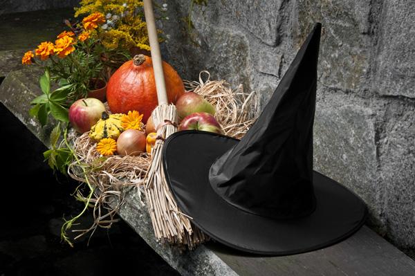 ホラーなハロウィンナイトを演出!魔女帽子を天井から吊るす