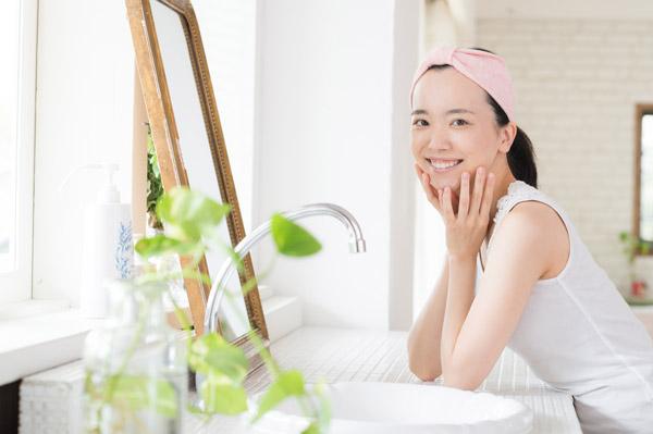 相性抜群コンビ「鏡」と「植物」で洗面所を華やかに