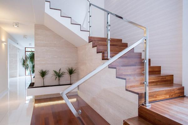 階段に照明器具をプラスして明るく保つ